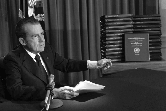 리처드 닉슨 전 미국 대통령이 1974년 4월 29일 전국에 방송된 연설을 통해 백악관의 녹음테이프 녹취록을 하원의 탄핵 수사관들에게 넘겨주겠다고 발표하고 있다. [AP=연합뉴스]