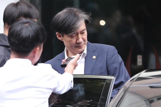 조국 법무부장관이 출근하기 위해 2일 오전 서울 서초구 방배동 자택을 나서며 취재진의 질문을 받고 있다. [뉴스1]