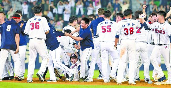 두산이 1일 정규시즌 우승을 차지하며 5년 연속 한국시리즈에 진출했다. 9회 말 끝내기 안타 때 환호하는 두산 선수들. [연합뉴스]