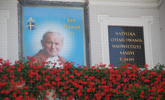 요한 바오로 2세 교황은 폴란드 국민에게 지금도 가장 사랑 받는 영웅이다. 그가 펼쳤던 용서와 평화의 메시지가 폴란드의 현대사를 바꾸어 놓았기 때문이다.