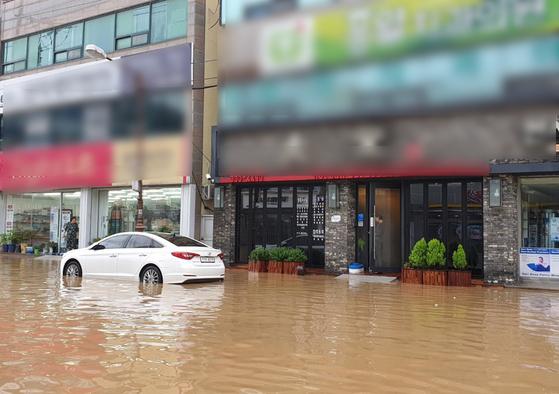 제18호 태풍 미탁의 영향권에 든 2일 오전 전남 완도군 완도읍 도심이 물에 잠겨 있다. [연합뉴스]