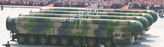 건국 70주년 기념일(1일)을 맞아 중국 베이징 천안문광장에서 열린 열병식에 1만5000여 명의 병사와 최첨단 신형 무기가 대거 등장했다. 사진은 최대 사거리 1만5000㎞로 북미지역을 사정권으로 하는 차세대 대륙간탄도미사일(ICBM) '둥펑-41'이 처음으로 공개됐다. [AP=연합뉴스]