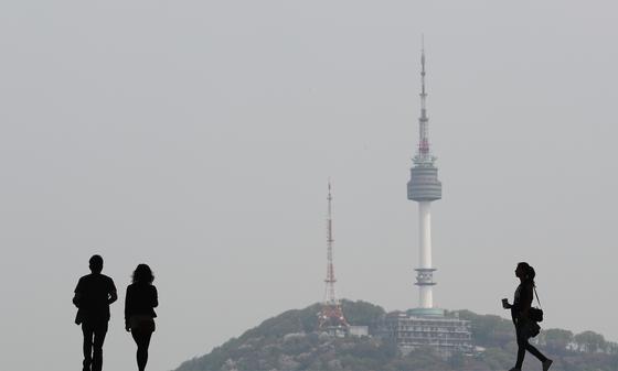 미세먼지와 초미세먼지 수치가 나쁨 수준을 보였던 지난 4월 23일, 서울 용산에서 바라본 남산N타워. [뉴스1]