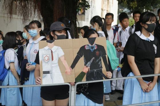 2일 오전 홍콩 췬완 호췬위 공립학교 앞에서 학생들이 등교를 거부하고 전날 경찰의 실탄 발사에 항의했다. [홍콩01]