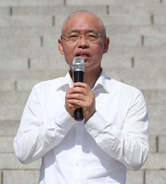 19일 국회 본청 앞에서 조국 법무부 장관 사퇴를 촉구하며 삭발한 자유한국당 최교일 의원이 발언하고 있다. [연합뉴스]