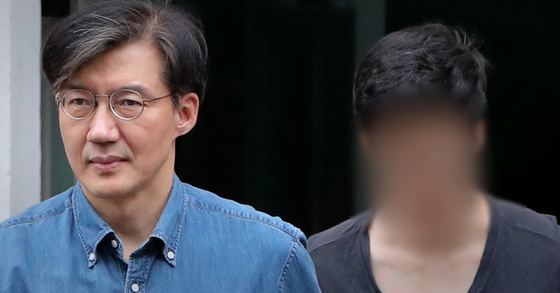 조국 법무부 장관과 아들 조모씨가 지난달 22일 오후 서울 서초구 방배동 자택을 나서고 있다. [뉴스1]