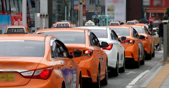 지난 2월 서울 중구 서울역 앞에서 택시들이 손님을 기다리고 있다. [뉴스1]
