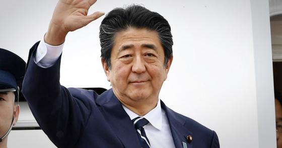 아베 신조(安倍晋三) 일본 총리가 지난 8월 프랑스에서 열리는 선진 7개국(G7) 정상회의 참석을 위해 전용기편으로 하네다공항에서 출국하기에 앞서 손을 들어 인사하고 있다. [연합뉴스]