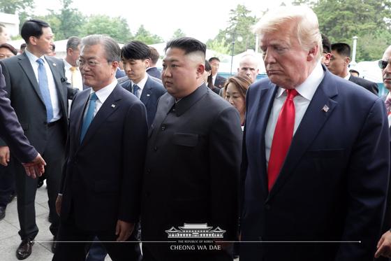 문재인 대통령과 도널드 트럼프 미국 대통령이 지난 6월 30일 오후 판문점에서 김정은 북한 국무위원장을 만나 회동을 위해 입장하고 있다. [사진 청와대]