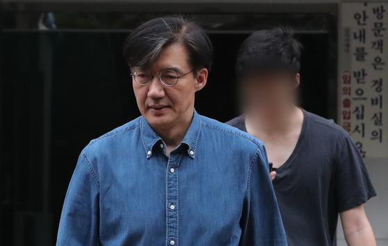 조국 법무부 장관과 아들 조모씨가 22일 오후 서울 서초구 방배동 자택을 나서고 있다. [뉴스1]