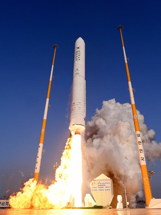 한국 기술로 개발한 액체로켓 엔진을 장착한 누리호 시험발사체가 지난해 11월 28일 오후 전남 고흥군 나로우주센터에서 비행하고 있다. [뉴시스]