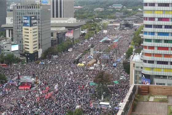 3일 집회에 참가한 인파가 광화문 일대를 가득 채운 모습 [뉴스1]