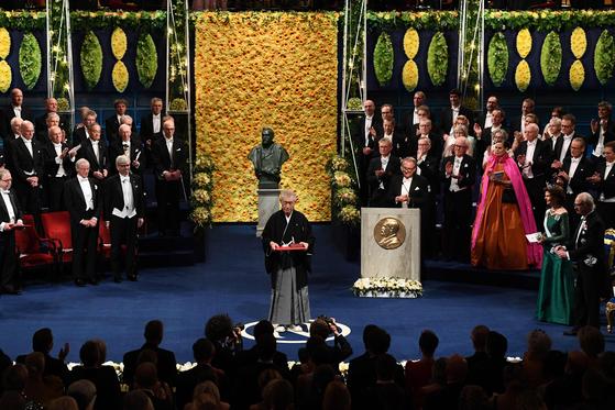 지난해 12월 10일 스웨덴에서 열린 노벨상 시상식에서 일본의 혼조 다스쿠 교토대 명예교수가 전통 사무라이 복장을 하고 단 위에 올랐다. 그는 면역항암제 개발에 초석을 마련한 공로로 제임스 엘리슨 미국 텍사스대 교수와 함께 2018년 노벨 생리의학상을 공동 수상했다. [AFP=연합]