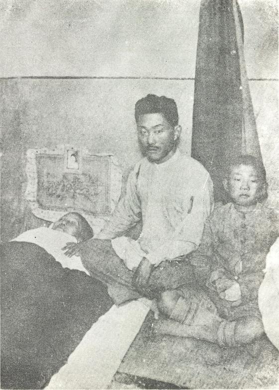 남자현 지사의 마지막 모습. 아들 김성삼과 손자 김시련이 임종을 지키고 있다. [사진『독립혈사』]