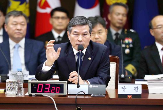 정경두 국방부 장관이 2일 국방부에서 열린 국정감사에서 질의에 답하고 있다. 김상선 기자