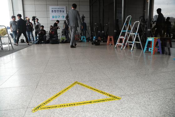 정경심 교수가 비공개 소환된 3일 서울지검 출입구 앞에 포토라인이 붙어 있다. 최승식 기자