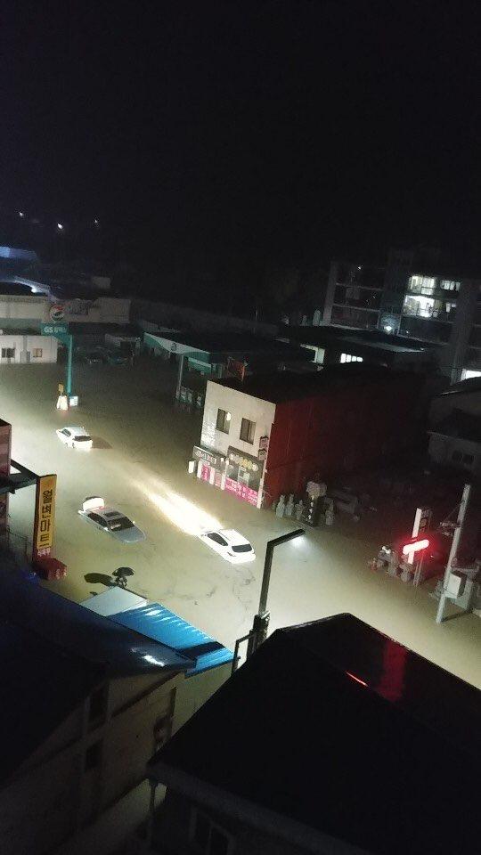 태풍 미탁의 영향으로 폭우가 내리면서 물에 잠긴 울진읍 삼원주유소앞. [사진 울진군]