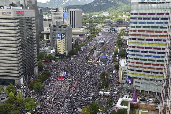 보수단체 회원들이 3일 오후 서울 중구 태평로일대에서 집회를 하고 있다. 임현동 기자