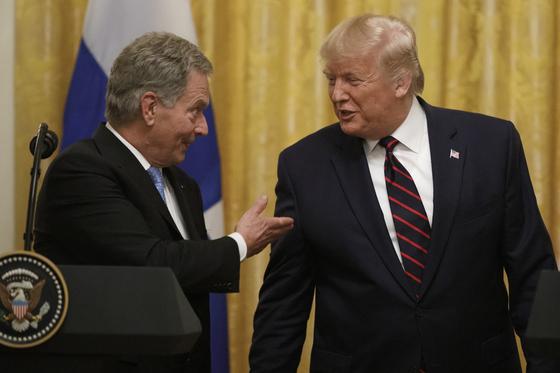 사울리 니니스퇴 핀란드 대통령(왼쪽)과 도널드 트럼프 미국 대통령이 2일(현지시간) 미국 백악관에서 정상회담을 마치고 기자회견에 나선 모습. [AP=연합뉴스]