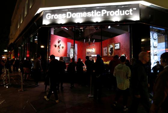 영국의 얼굴 없는 그라피티 아티스트 뱅크시가 런던 남부 크로이던에 상점을 열고 자신의 작품을 전시해 놓았다. 실제 들어가는 문은 없다. 그는 밤에 보라고 권했다. [로이터=연합뉴스]