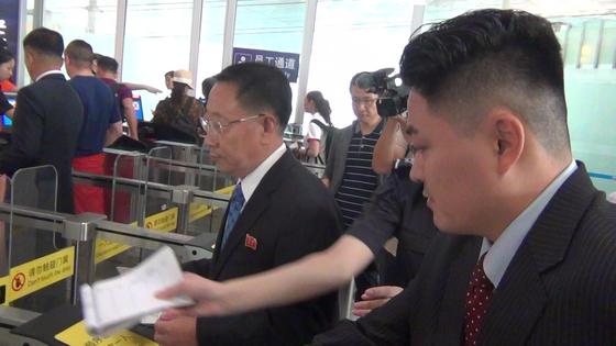 김명길 북한 순회대사가 3일 오후 베이징 서우두공항 제3터미널에서 스톡홀롬행 중국 국제항공 CA911편을 탑승하기 위해 출국장에 들어서고 있다. 신경진 특파원