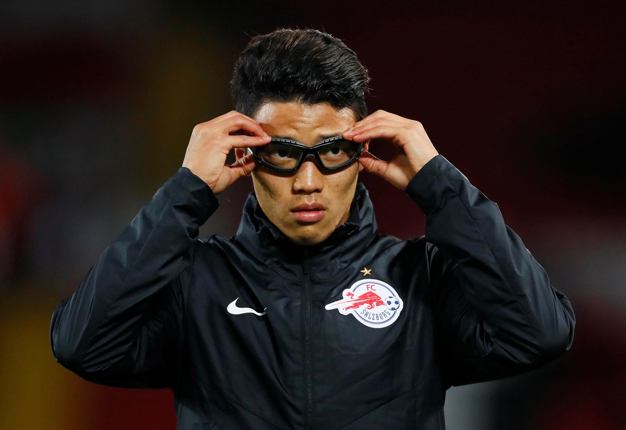 최근 망막을 다쳐 고글을 착용한 황희찬. 리버풀과 경기 도중 고글을 벗고 뛰었다. [로이터=연합뉴스]