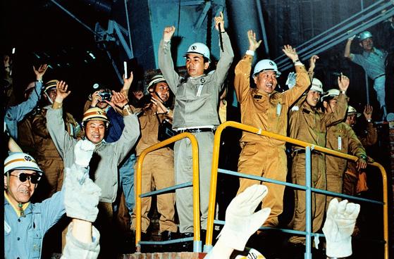 1973년 포항제철소 1고로에서 첫 쇳물을 생산한 박태준 전 명예회장(가운데)과 임직원들이 환호하고 있다. [사진 포스코]