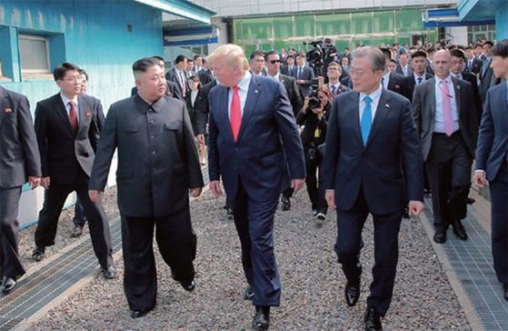 6월 30일 판문점 남측 지역에서 회동한 문재인 대통령, 트럼프 미 대통령, 김정은 북한 국무위원장. [노동신문]