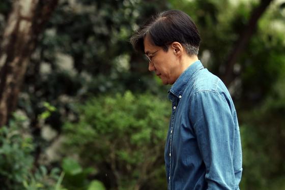 조국 법무부 장관이 22일 오후 외출후 서울 서초구 방배동 자택으로 귀가하고 있다 . [연합뉴스]