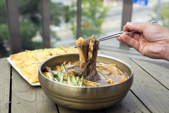 진주냉면은 쇠고기 육전을 비롯해 고명을 푸짐하게 올리는 것이 특징이다. 진주 이현동 '하연옥' 본점에서 촬영했다. 백종현 기자