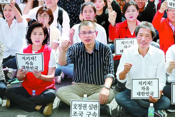 자유한국당 나경원 원내대표, 황교안 대표, 이학재 의원( 왼쪽부터) 등이 구호를 외치고 있다. [뉴스1]