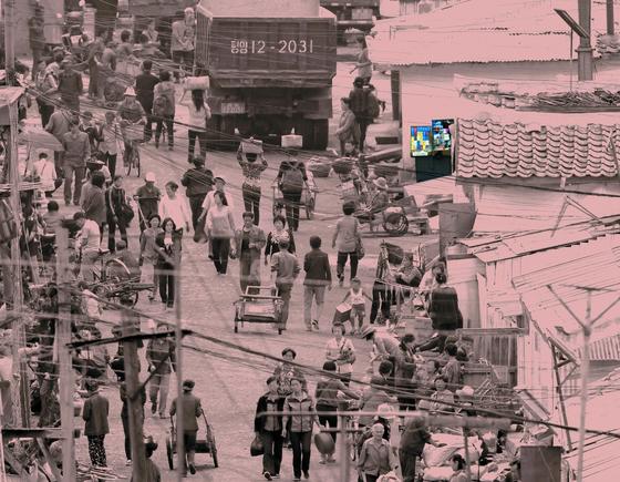 북한 양강도 혜산시 장마당의 담배 노점상 모습. 지난 7월 북·중 접경 지역을 다녀온 강동완 동아대 교수가 망원렌즈를 이용해 포착했다. [사진 도서출판 너나들이]