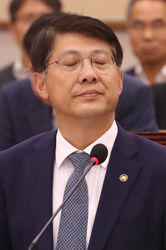 김형연 법제처장이 4일 오후 서울 여의도 국회에서 열린 법제사법위원회의 법제처에 대한 국정감사에서 눈을 감고 생각에 잠겨 있다. [뉴스1]