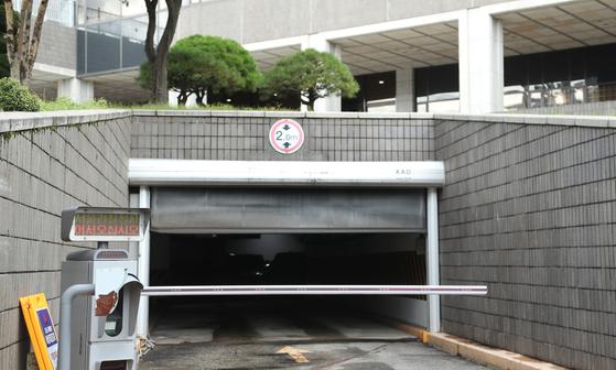 3일 조국 법무장관의 부인 정경심 교수가 소환된 서울중앙지검 지하주차장으로 차량이 들어가고 있다. 최승식 기자