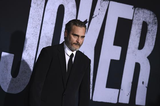다음달 4일 개봉하는 영화 '조커'의 조커역을 연기한 호아킨 피닉스가 28일 미국 로스앤젤레스 TCL차이니즈시어터에서 열린 초연 행사에 도착해 포토라인에 서있다. [AP=연합뉴스]