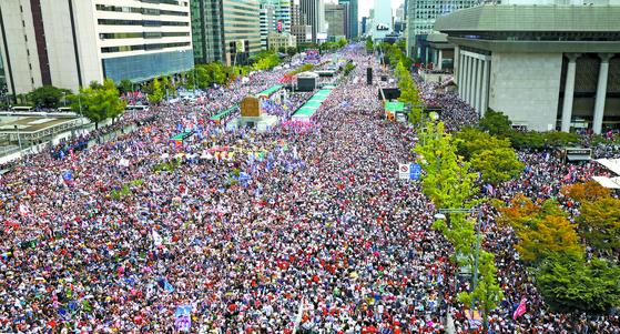 3일 오후 서울 세종대로 일대가 자유한국당과 범보수단체 등이 각각 개최한 조국 장관 퇴진 촉구 집회에 참가한 시민들로 가득 차 있다. [연합뉴스]