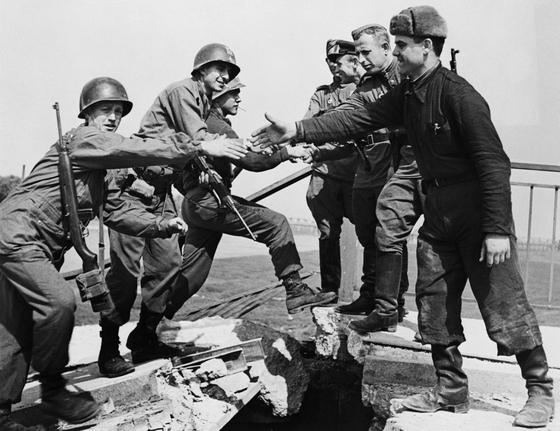 1945년 4월 25일 제2차세계대전에서 독일군과 전쟁 중이던 미군 제69보병사단은 독일 동부 엘베 강에서 소련 붉은 군대 제58전위사단을 만났다. 양국 군인이 만나 악수를 주고받는 장면이다. [사진 미육군]