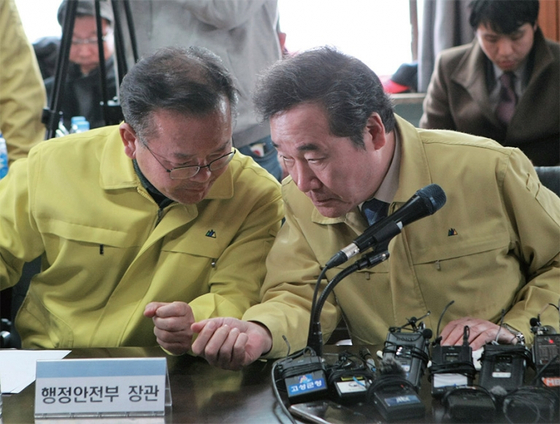 지난 4월 5일 이낙연 국무총리(오른쪽)와 김부겸 당시 행정안전부 장관이 강원도 고성군 일대 산불과 관련해 이야기를 나누고 있다. / 사진:연합뉴스