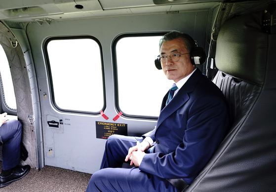 문재인 대통령이 한국형 기동헬기 수리온을 타고 1일 오전 제71회 국군의 날 기념식 참석을 위해 대구 공군기지로 이동하고 있다. [연합뉴스]