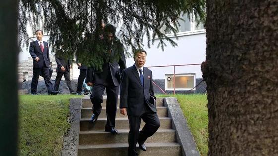 김명길 외무성 순회대사 등 북한 대표단이 5일(현지시간) 스웨덴 주재 북한대사관을 나서 인근 북미 실무협상장으로 향하고 있다. [연합뉴스]