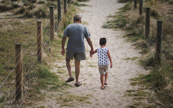자녀를 건너뛰고 손주에게 증여할 경우 절세가 가능하다. 할아버지에서 자녀, 손주 순으로 2번의 증여세를 내는 것을 할아버지에서 손주로 곧바로 증여해 1번의 증여세를 내도록 할 수 있기 때문이다. [사진 unsplash]