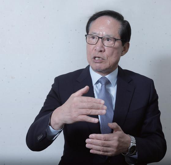 """송영무 전 국방장관은 9·19 남북군사합의가 안보역량을 약화시킨다는 비판에 대해 '군사합의를 폄하하고자 의도적으로 만든 논리""""라고 강하게 반박했다."""