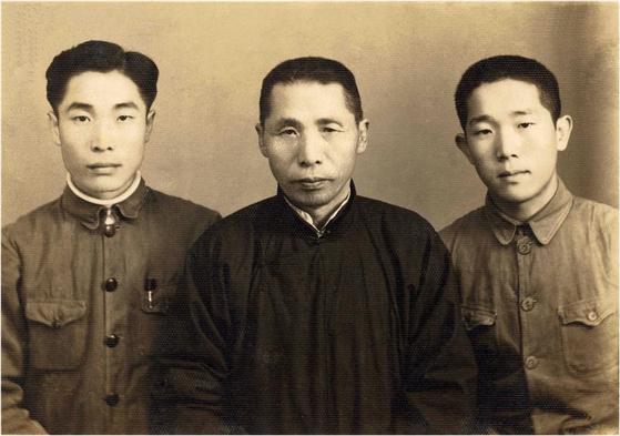 김신 전 공군참모총장. 김신 장군은 6.25 전쟁 당시 맹활약해 '김구의 아들' 이전에 전설적인 전투기 조종사로 꼽힌다. 1939년 중국 충칭에서 김구 선생(가운데), 형 김인 씨(왼쪽)와 함께 한 모습. [사진제공 공군]