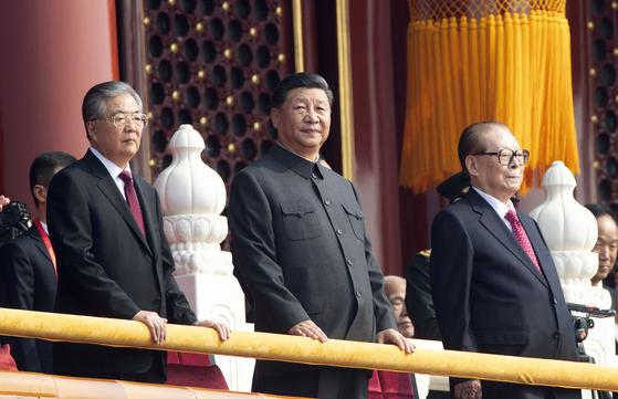 중국의 3대 지도자가 천안문 성루에서 자리를 했다. 왼쪽부터 후진타오, 시진핑, 장쩌민. 시 주석만이 중산복을 입고 있다. [AP=연합뉴스]