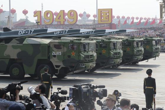 지난 1일 중국 건국 70주년 열병식에 등장한 중거리 탄도미사일인 DF-17. 극초음속으로 비행해 미국산 사드의 미사일 요격을 피할 수 있는 미사일로 한국, 일본, 대만, 괌을 노리는 무기체계로 평가된다. [AP=연합뉴스]