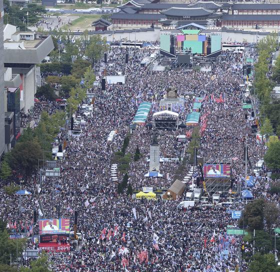 조국 법무부 장관의 사퇴를 요구하는 집회가 3일 서울 광화문광장~서울역에서 열렸다. '반(反) 조국' 과 문재인 정권 규탄을 내건 이날 집회에는 수많은 시민이 몰렸다. 임현동 기자