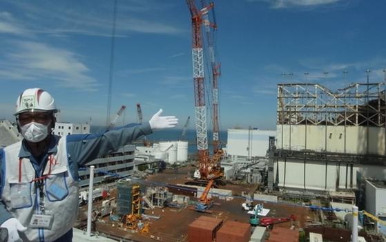 지난 1월 일본 후쿠시마(福島) 제1원전에서 도쿄전력 관계자가 프레스 투어에 참가한 한국 언론에 내부 상황을 설명하고 있다. [연합뉴스]