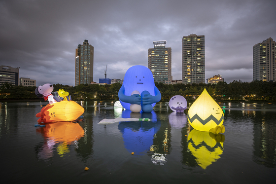 달 착륙 50주년을 기념하기 위해 석촌호수에 설치한 공공미술 '루나 프로젝트' [사진 롯데쇼핑]