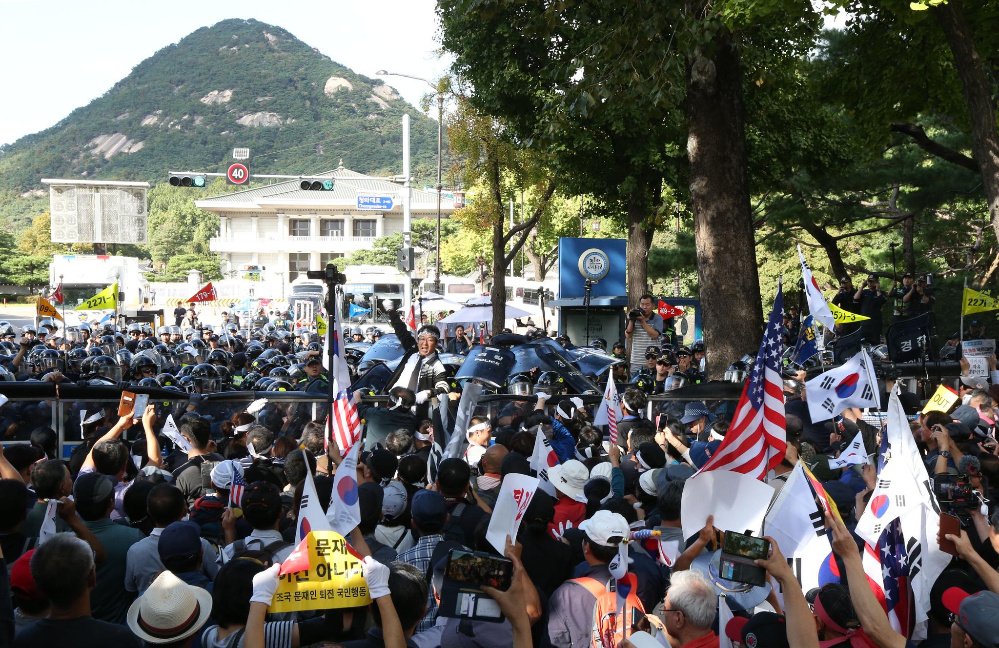 개천절인 3일 청와대 앞 집회 과정에서 탈북자 단체 등 보수단체 회원들이 청와대 앞에서 몸싸움을 하고 있다. [중앙포토]