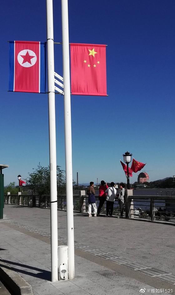 중국 단둥시 거리에 5일 북한 인공기와 중국 국기인 오성홍기가 게양됐다. [웨이보 캡처]
